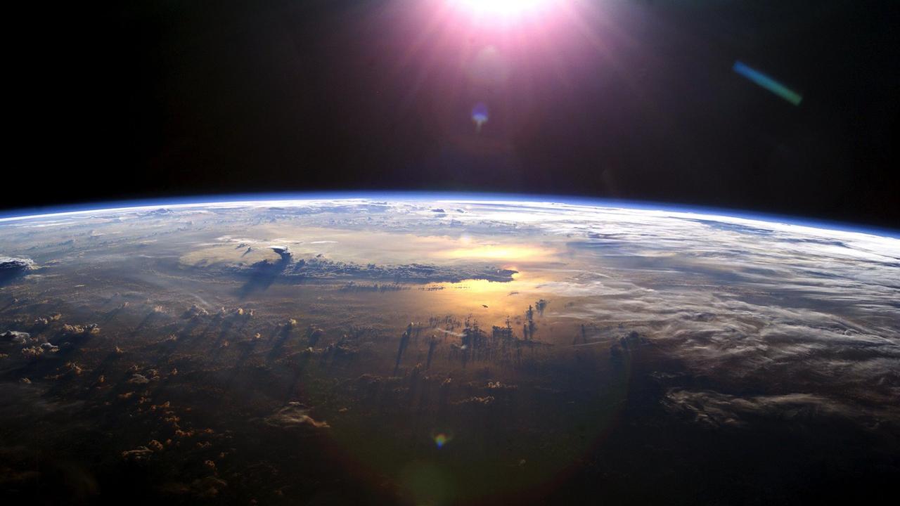 衛星にスペースデブリがぶつかって崩壊。地球低軌道が密すぎる…