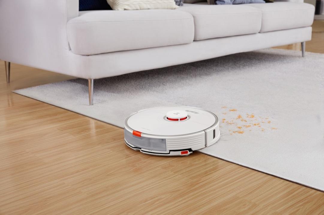 うんしょ!とモップをリフトアップ。カーペットを濡らさないロボット掃除機です