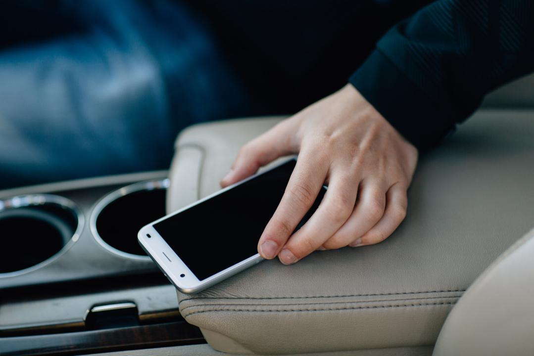 米警察、容疑者のクルマにiPhoneを「うっかり」落として追跡はアリかナシか