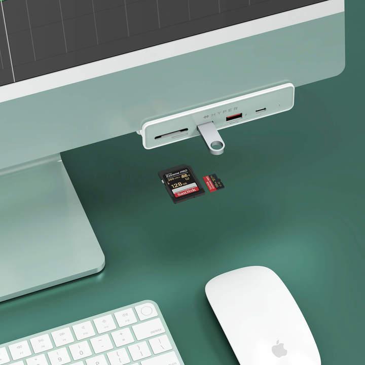 カラフルな新型iMacの相棒。本体と同じカラーのUSBハブがマッチ感Good