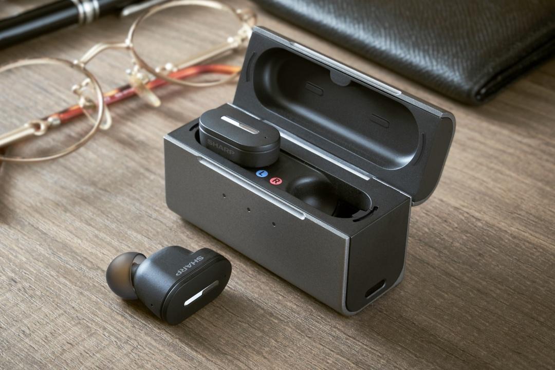 「聴こえる」をもっと手に入れやすく! シャープのワイヤレスイヤホン型補聴器