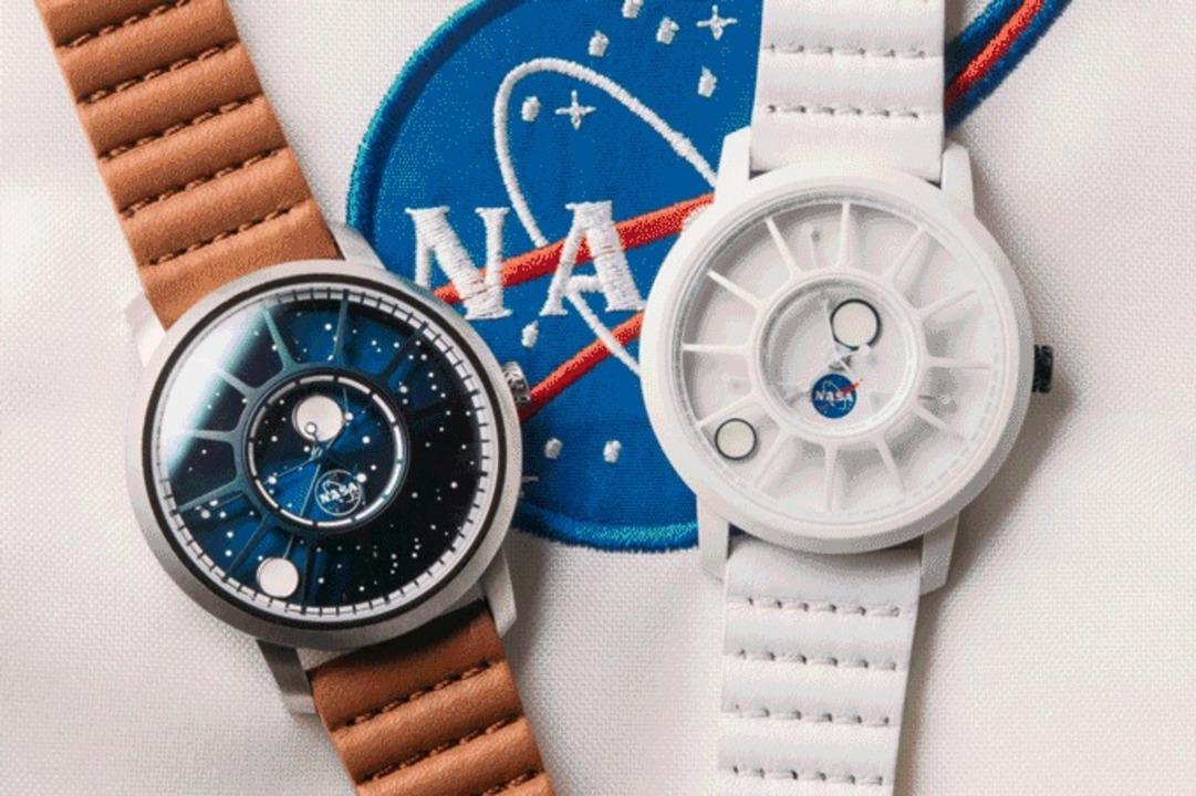 宇宙船の窓みたいな盤面で月相が分かり暗闇で光る。アポロ15号50周年を記念した腕時計にロマンを感じよう