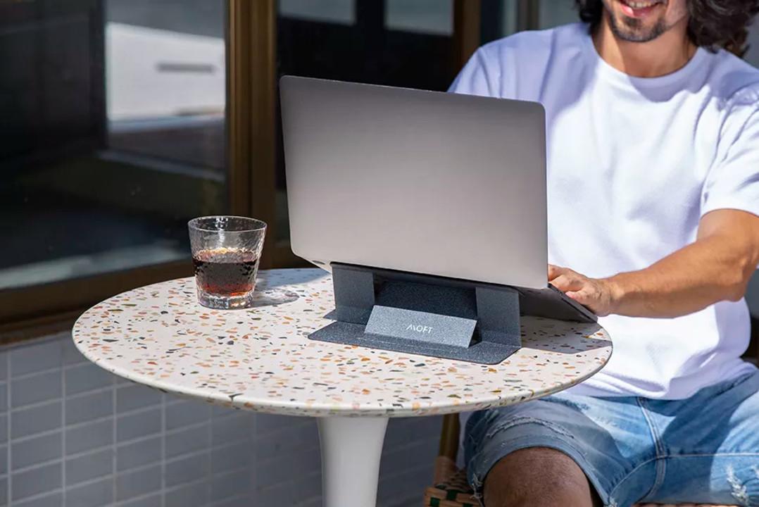 ノートPCを持ち運ぶことが多い人には、MOFTの薄軽なPCスタンドは選択肢としてあり