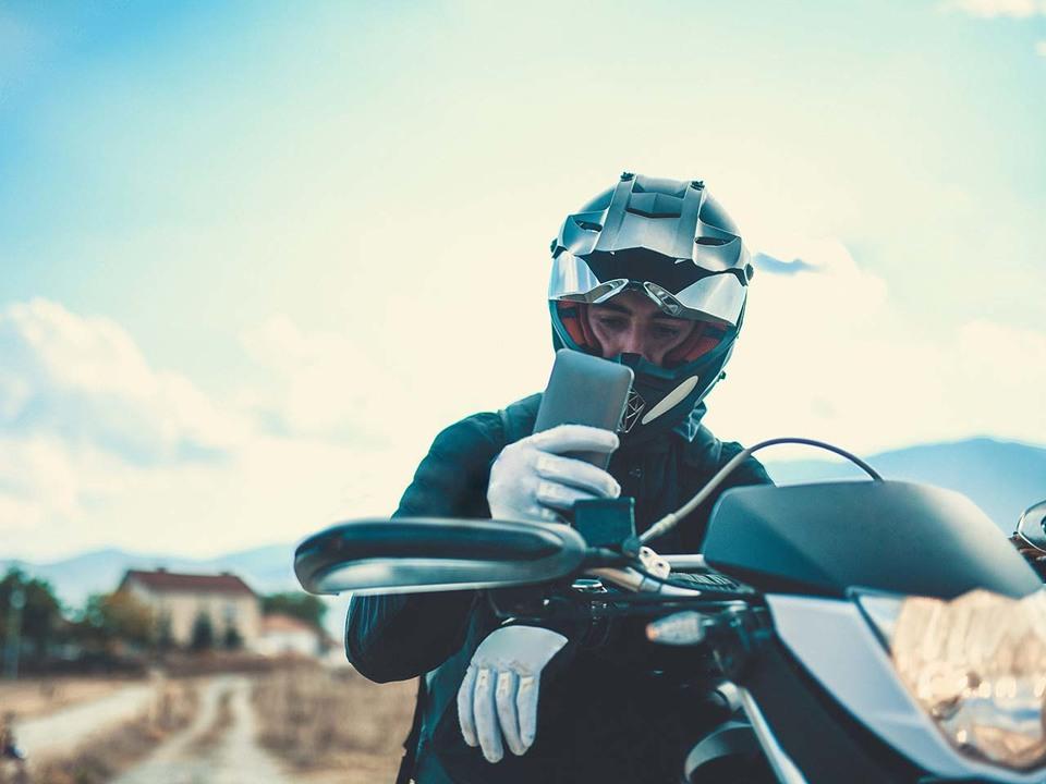 アップル「バイクの振動はiPhoneのカメラの故障につながるから注意してね」