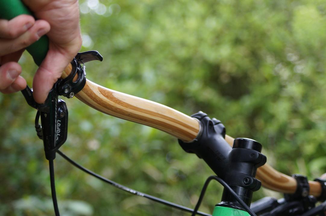 持続可能! 軽くて強くて衝撃を吸収する竹製の自転車用ハンドルバー