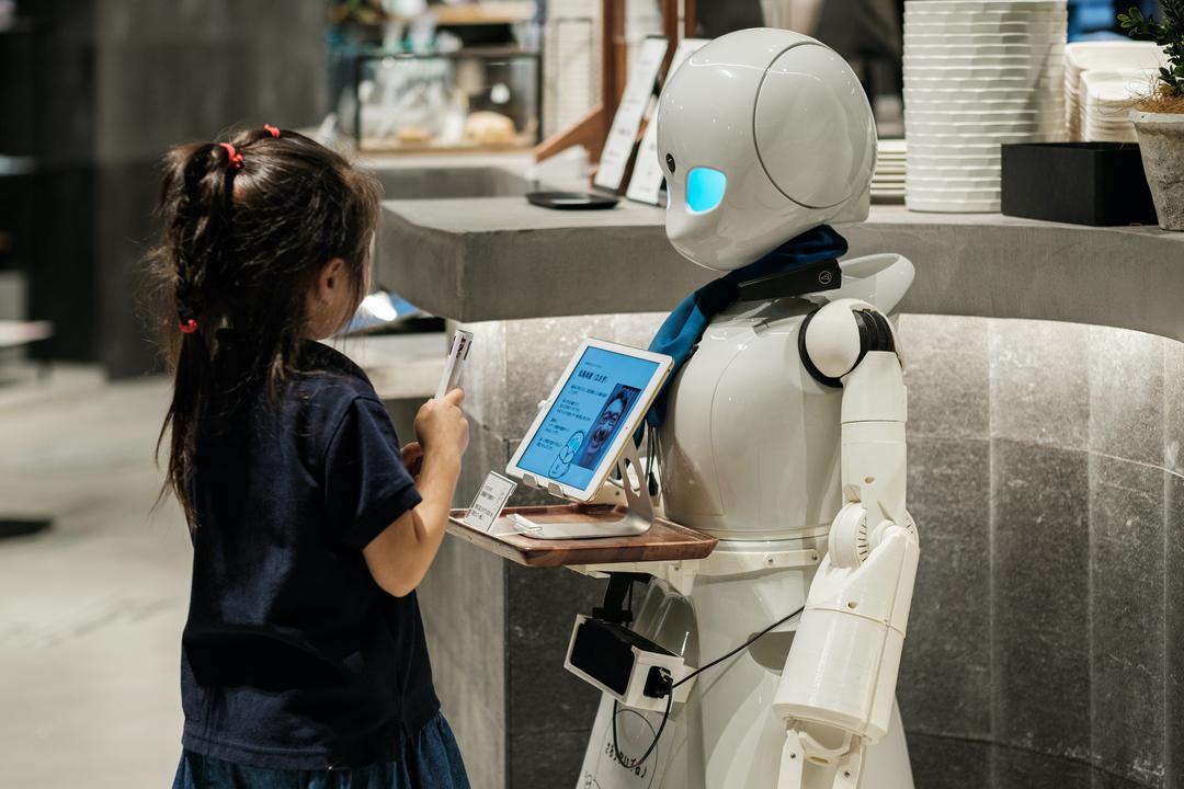 ロボット「OriHime」は会話上手。世界最大級のメディアアートの祭典に参加したカフェにお邪魔しました