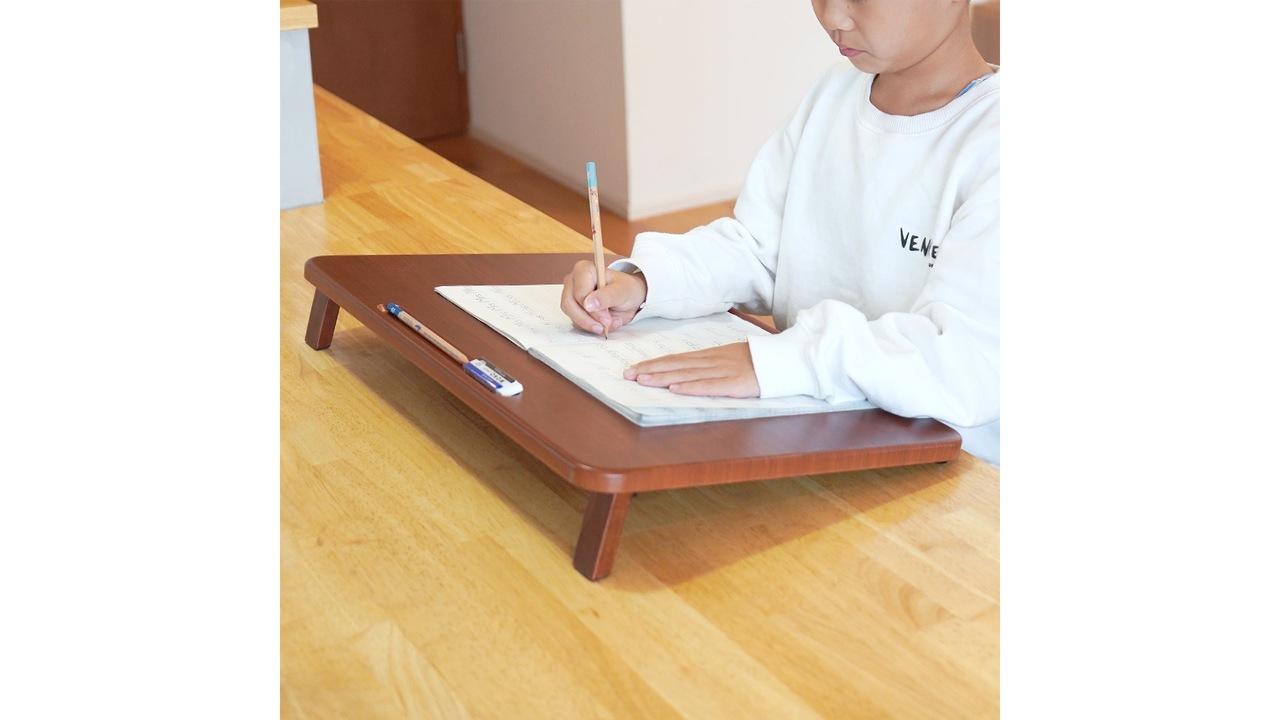 子ども向けだけど、大人も使いたい! 木目調の「卓上学習台」