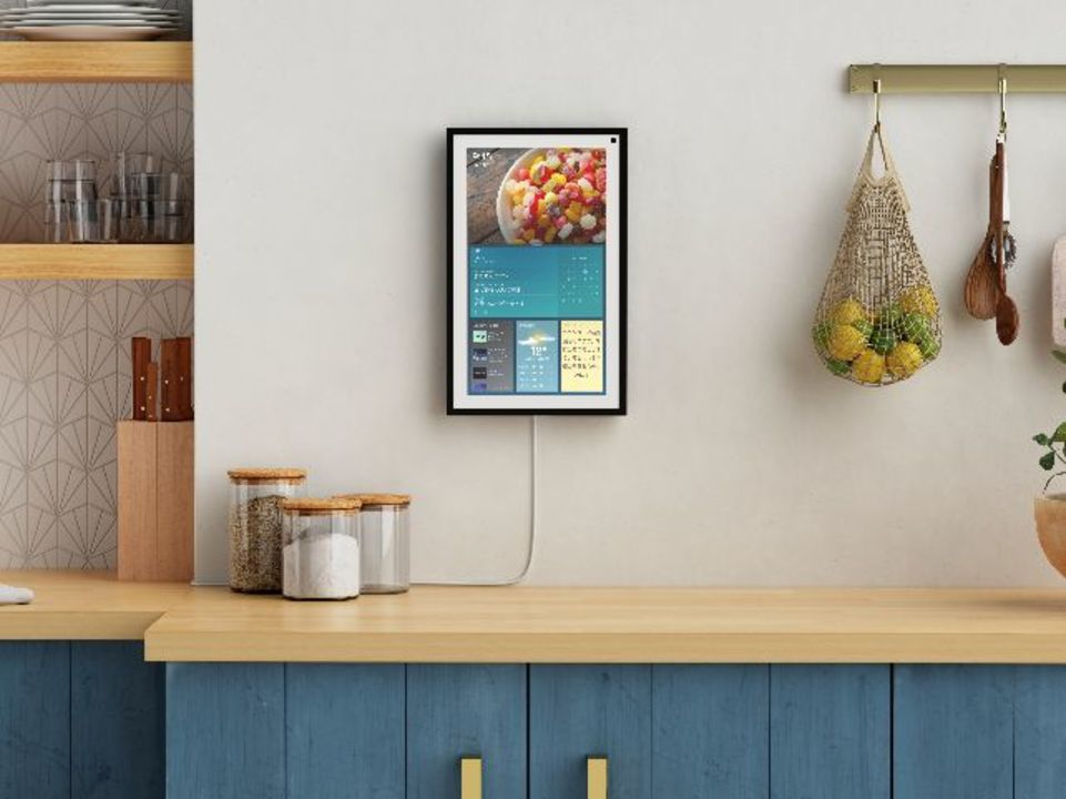 アマゾン初の壁掛けスマートディスプレイ「Echo Show 15」で、家族のコミュニケーションをスムーズに