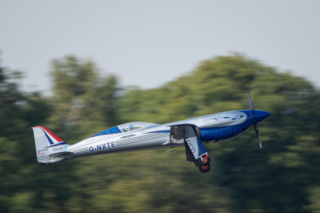 気候変動に立ち向かうロールス・ロイス、電動飛行機が15分の初飛行に成功