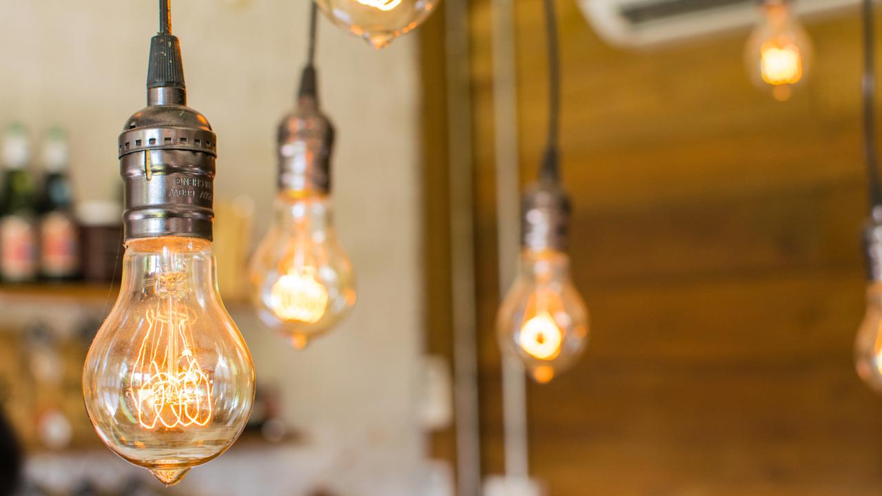 裸電球って実はオシャレかも。カフェ風の照明は手作りでリーズナブルに