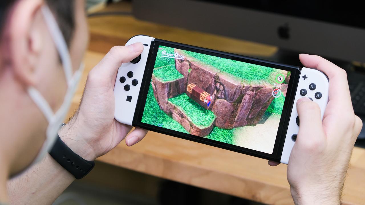 Nintendo Switch(有機ELモデル)はどんな人が選ぶべき? LAN端子、スタンド、ディスプレイ…魅力的な要素は多けれど…