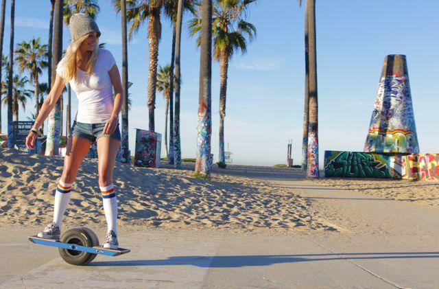 セグウェイ風の一輪車スケートボード(動画あり)