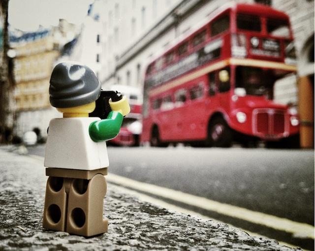 世界はこんなにも壮大だった。レゴのミニフィグカメラマンから見た日常が示唆的