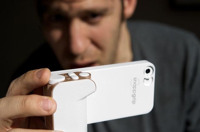 俺がお前でお前が俺でiPhoneがコンデジでコンデジがiPhoneになる「Snappgrip」