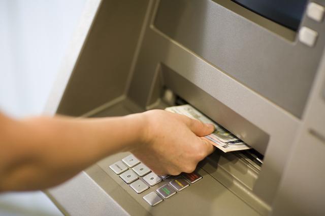 ATMから際限なく現金を引き出す方法みつかる、ハッカーがどんどん先に…