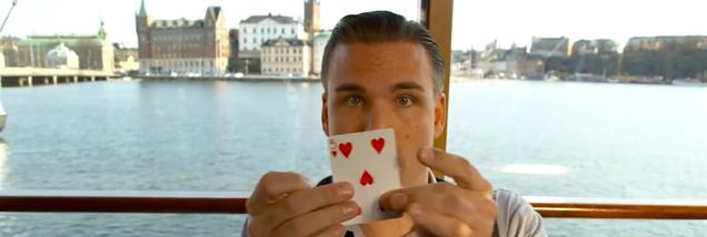 カードさばきに惚れます。ストックホルムは世界最高の街だと説くマジシャン