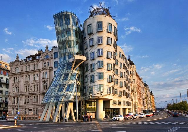 奇抜な造形、ザハ・ハディドのデザインで話題の「脱構築建築」って何?