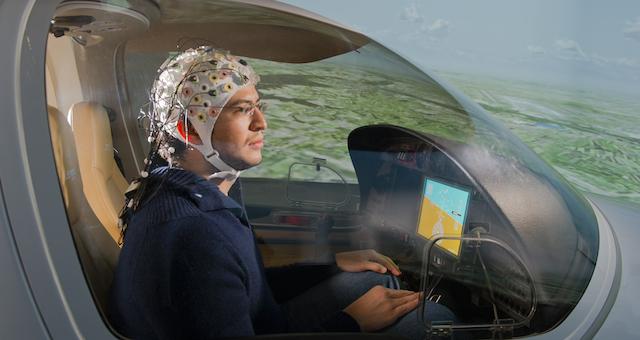脳波で操縦できる飛行機が開発されています