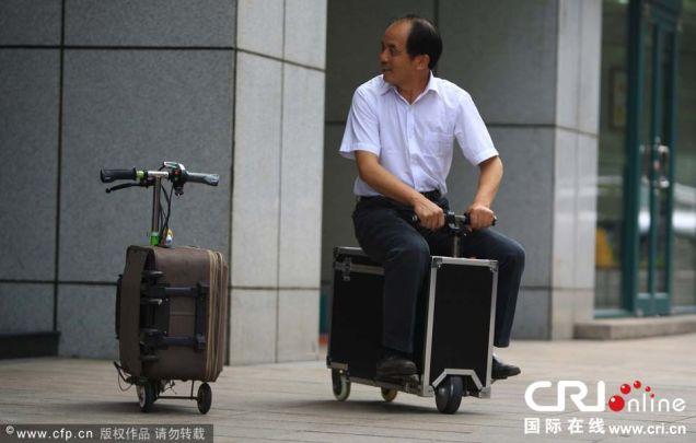 究極リサイクル? 電動スーツケーススクータ誕生