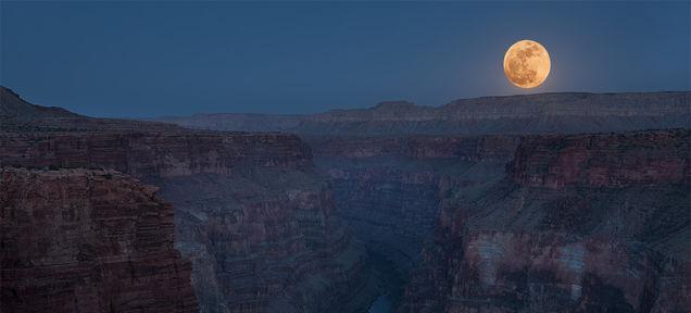 今日の満月は数十年に1度の美しさ、または禍々しさ