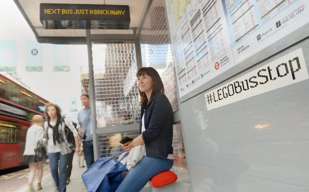 ロンドンに10万個のレゴで作られたバス停が出現