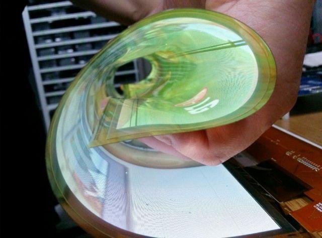 巻けるほど薄くて柔らかい。LGのフレキシブル有機ELパネル