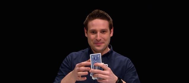 動画越しにあなたの選んだカードを読むマジシャン