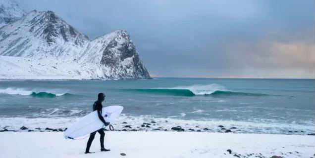 極寒の美しさに思わず息をのむ「北極圏サーフィン」
