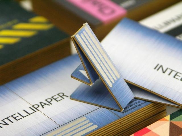 次世代ビジネスカード。紙製のUSB付きスマート名刺「swivelCard」