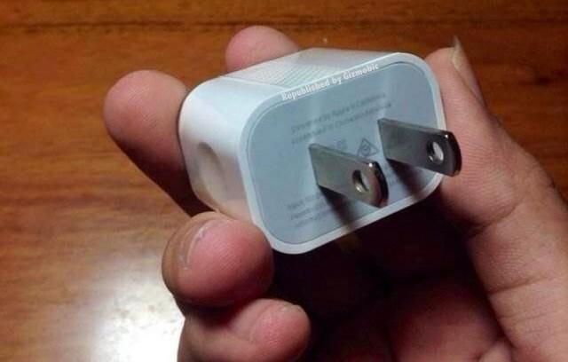 iPhone 6についてくるACアダプタは横長の新デザインになる?