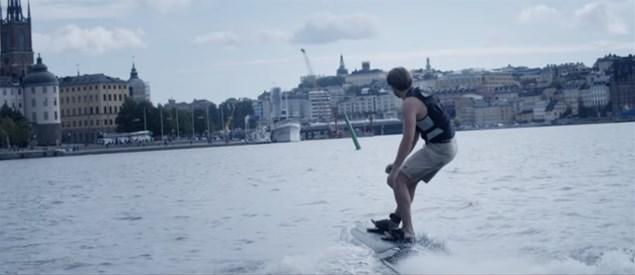 ボートや水上オートバイがいなくても楽しめる電動ウェイクボード