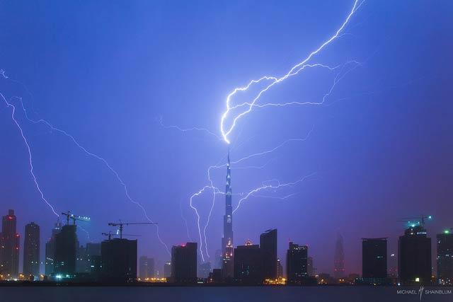 世界一高い建物に雷がドーンの瞬間