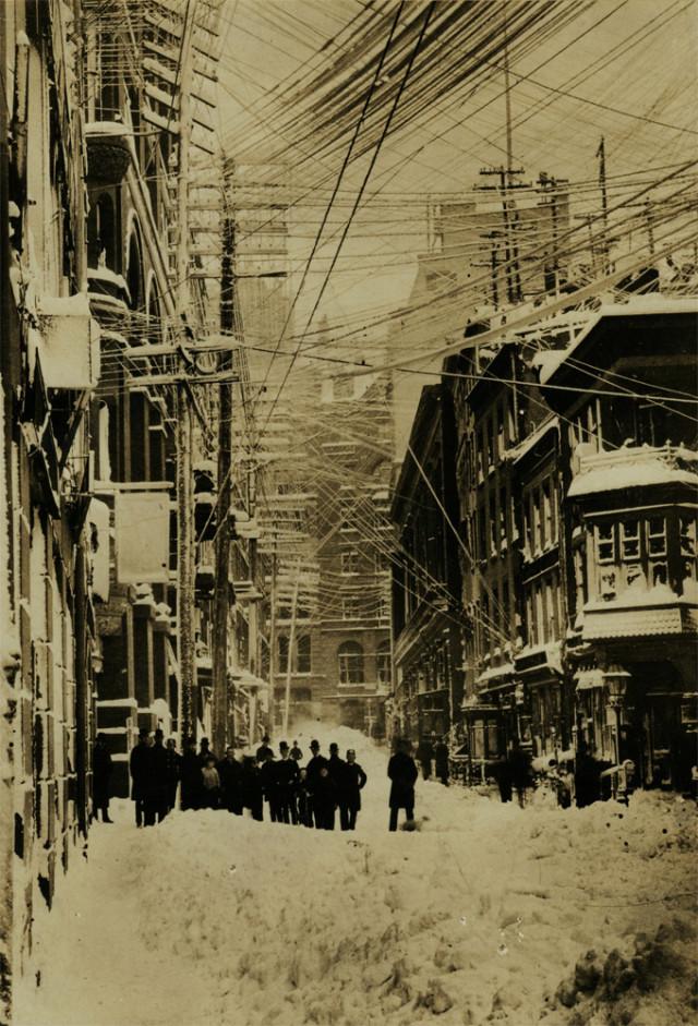 19世紀のニューヨーク、街中に張...