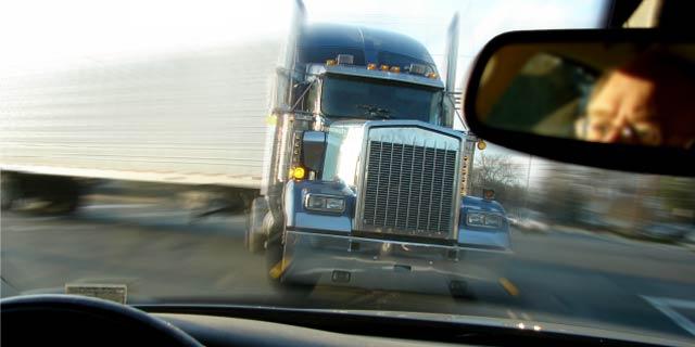 自動運転は運転手1人を救うために道行く2人を殺すべきか、否か