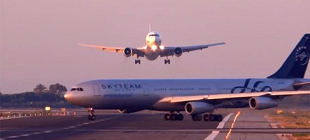 バルセロナの空港で飛行機同士が...