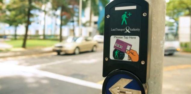 特別なカードで横断歩行可能時間を延長するシンガポールの画期的なプログラム