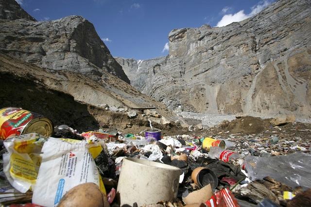 エベレストに登る人全員に8キロのゴミ拾いが義務づけられる