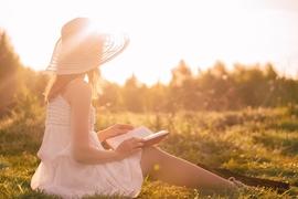読書が似合う、穏やかな知性を感じさせる女性のメイク