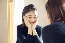 顔の肌のまわりにツヤを置くだけ。錯覚を利用して美肌に見せる方法