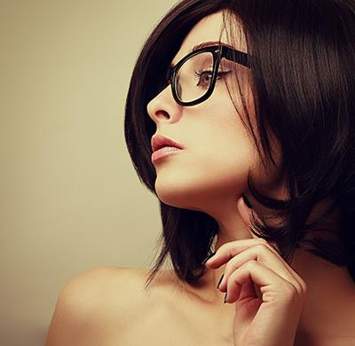 だてメガネを違和感なくおしゃれにかける、本当に簡単な3ワザ