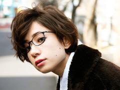 検証。メンズライクなメガネをかけると女性らしさは増す?