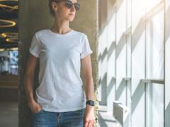 Tシャツにデニム。シンプルな服のアクセサリーは、アガタ パリを選ぶ