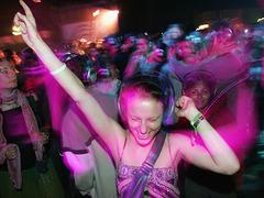 クラブでヘッドフォン装着。無音の中で踊りまくるサンフランシスコ女子