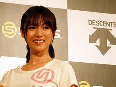 深田恭子の健康美スタイルの源。ドラマ現場で必ず履いているものって...?