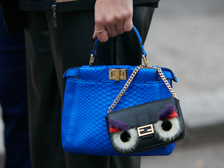 ブラックコーデ × カラフルなバッグ。簡単なのに様になる