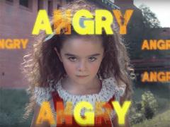 ビヨンセの歌に合わせて女の子が力強くダンス。世の中の「おかしい」に怒ってる