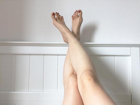 脚の毛を披露したモデルが「女らしさ」に反論。価値観を押し付けられるのはうんざり