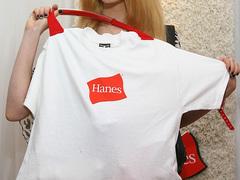 「Hanes = 白Tシャツ」の法則変わった。パーカをあえて上品に着こなすサンフランシスコ女子