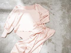繊細なレースの袖にときめく。とろみが上品なシルク100%のルームウェア
