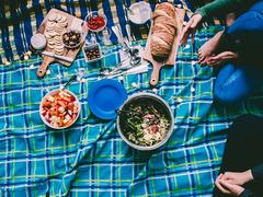 朝7時に始まるピクニックパーティ。フレッシュジュースで乾杯するオージーガールが健康的すぎる